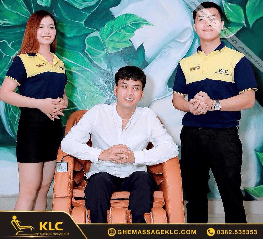 Ca sĩ Hồ Quang Hiếu trải nghiệm và lựa chọn ghế massage KLC làm quà dành tặng mẹ