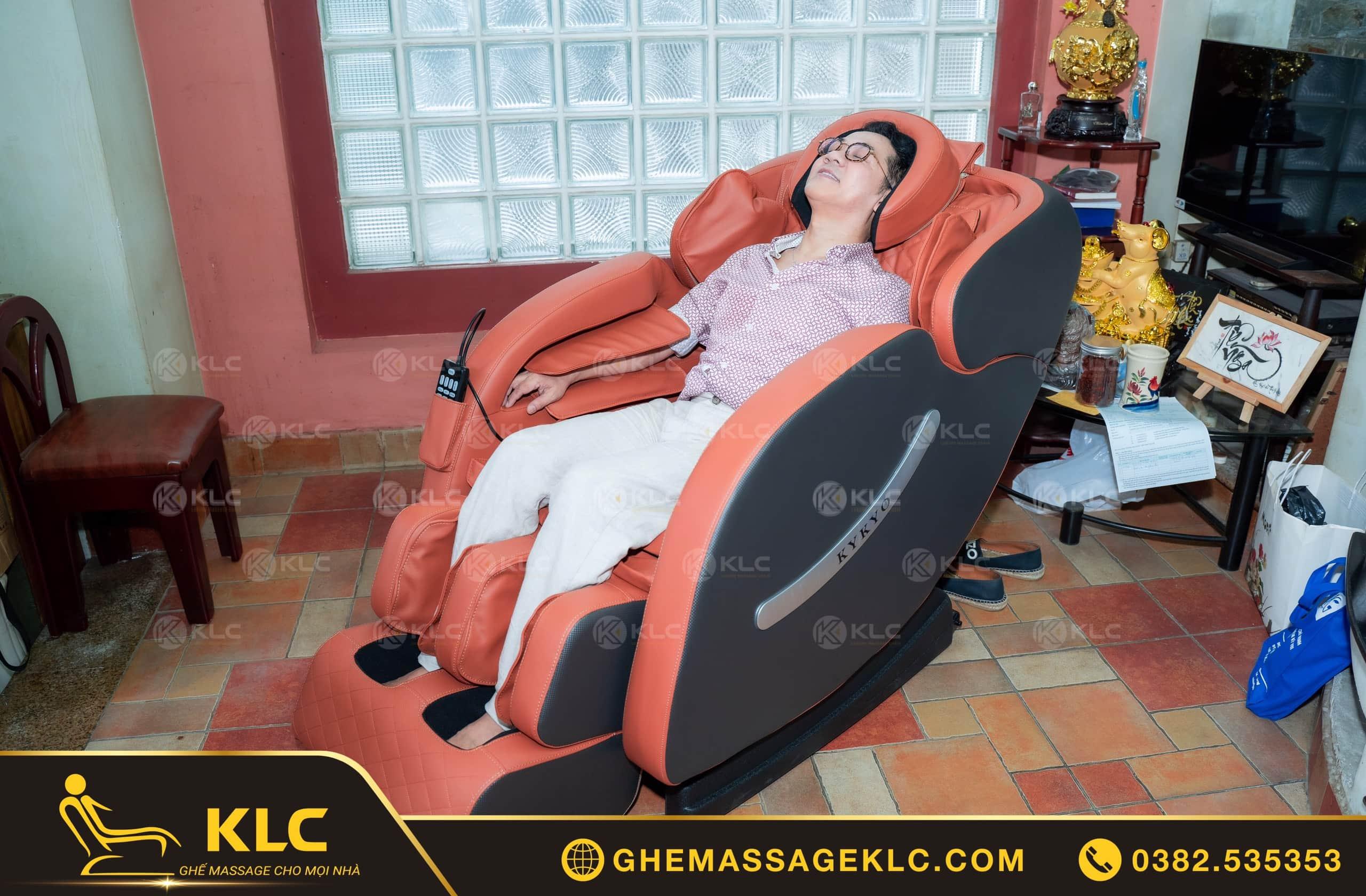 NSƯT Thành Lộc đã tin tưởng lựa chọn ghế massage KLC để sống vui - sống khỏe