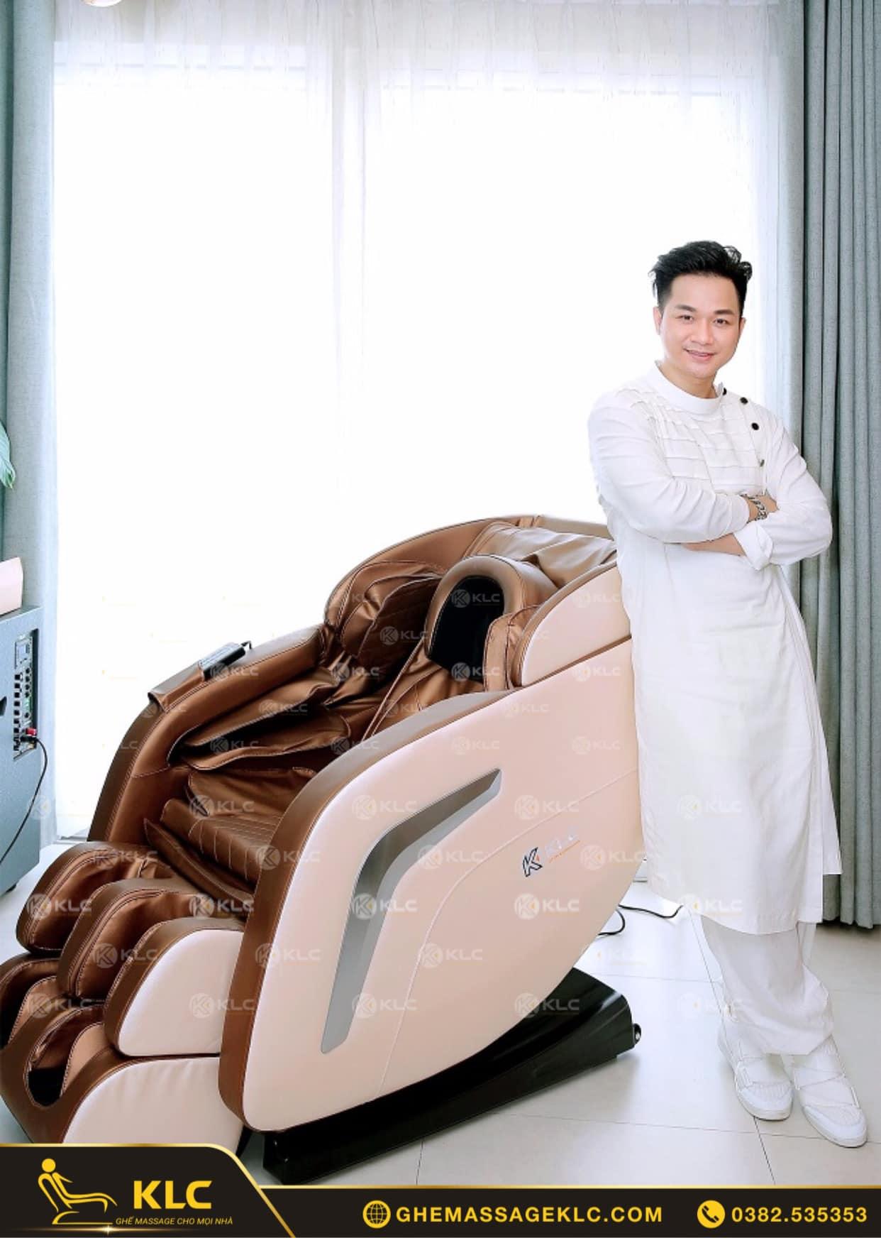 ca si quach tuan du ben san pham klc ky222 cua minh Ghế massage KLC