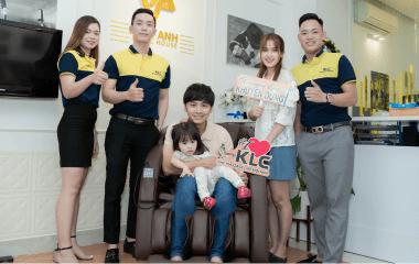 Ghế massage KLC - bí quyết chăm sóc sức khỏe cho cả gia đình diễn viên Văn Anh - Tú Vi