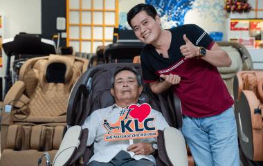 Ghế massage KLC – Món quà ý nghĩa dành tặng Ba vợ của đạo diễn Khương Dừa – CEO Công ty giải trí Điền Quân