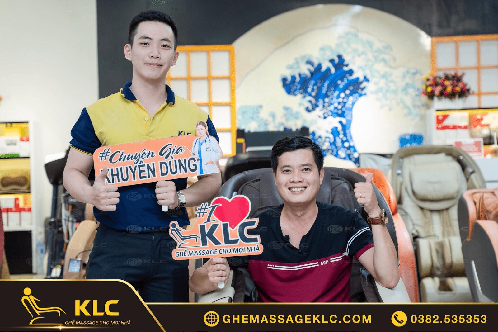 Ghế massage KLC - Món quà ý nghĩa dành tặng Ba vợ của đạo diễn Khương Dừa - CEO Công ty giải trí Điền Quân