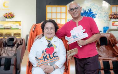 Ông trùm gameshow Việt Nam Color Man lựa chọn ghế massage KLC dành tặng Mẹ vợ