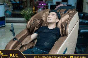 Ca sĩ Quang Hà rất hài lòng về những tính năng hiện đại mà ghế massage KLC mang lại