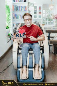 3ca si hoang bach tau ghe massage KLC KY707 de cham soc suc khoe ca nha Ghế massage KLC